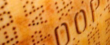 """Il Parmigiano Reggiano """"congela"""" 320 mila forme per non doverle svendere. Dazi Usa e Covid fanno crollare i prezzi del 32% e il consorzio ritira il formaggio"""