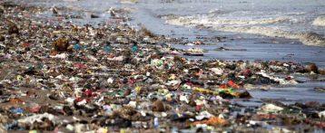 Il mondo sotto scacco del petrolio soffocato da microplastiche indistruttibili
